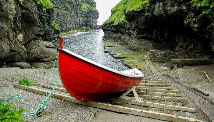 iles-feroe-crique-avec-barque