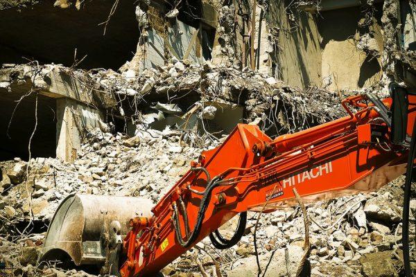 Pelle-mecanique-decombres-immeuble