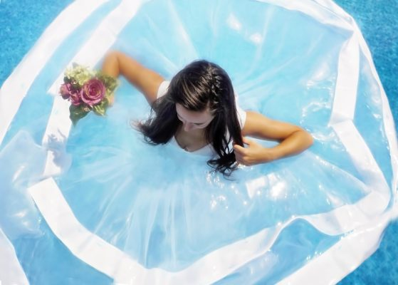 Robe-de-mariee-et-bouquet-piscine